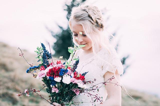 blondýnka s květinami