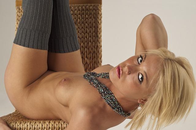 nahá blondýna
