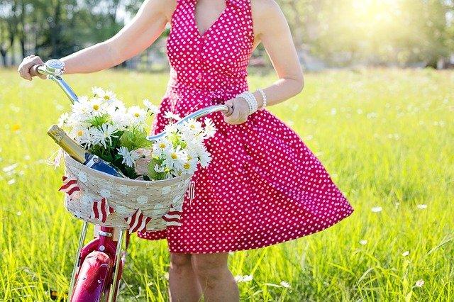 Výběr společenských šatů na svatbu podléhá několika pravidlům