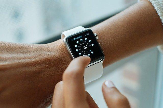 bílé smart hodinky